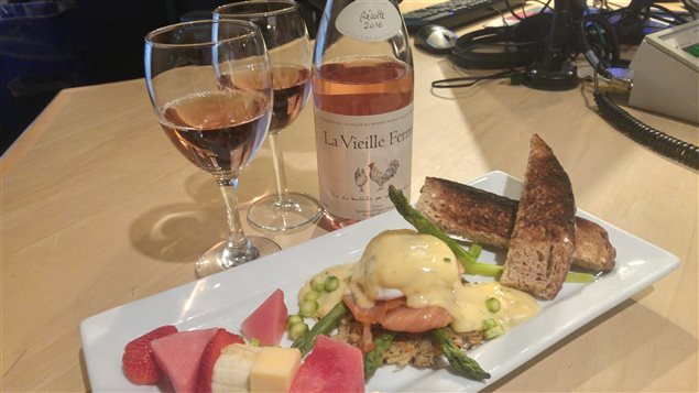 Photo du plat avec deux verrres de vin rosé