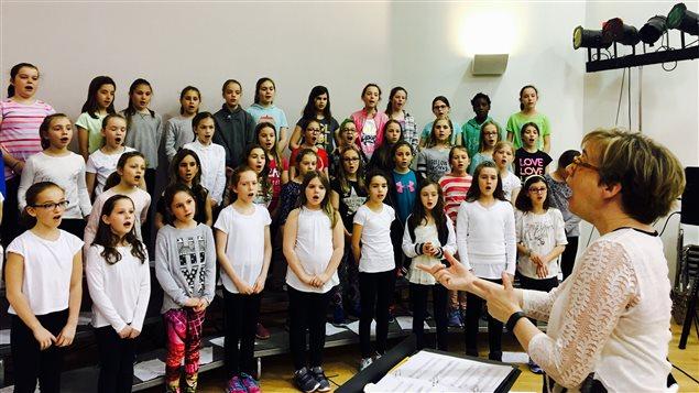 Photo des jeunes chantant dans une chorale