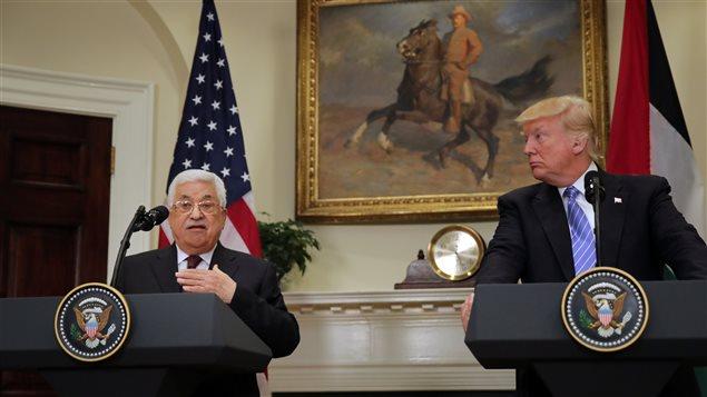 الرئيس الأميركي دونالد ترامب (إلى اليمين) والرئيس الفلسطيني محمود عباس في مؤتمر صحافي مشترك في البيت الأبيض في واشنطن في الثالث من أيار (مايو) الجاري