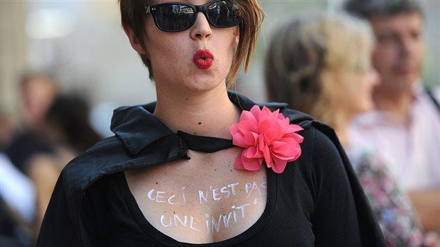 Une femme manifeste contre la violence sexuelle