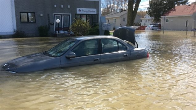 Some Pointe-Gatineau, Que., residents have had to abandon their cars trapped by flooding. Firefighters have gone door-to-door in parts of Gatineau to warn residents of the dangers of staying put as forecasts call for rain throughout the weekend. (CBC)