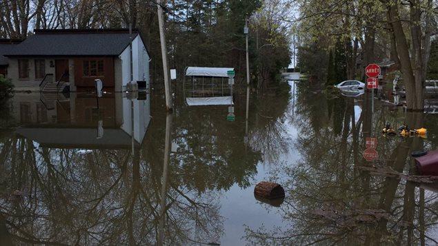 El estado de emergencia fue decretado en Deux Montagnes, donde grandes zonas fueron inundadas alrededor del lago.