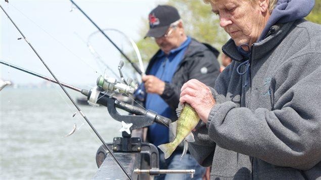 Judy Whiteford pêche en famille dans la rivière Détroit depuis son enfance.