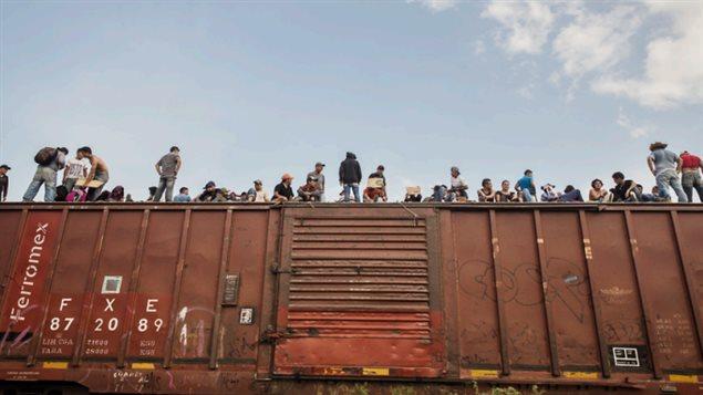 Los trenes de mercancías, conocidos como la Bestia, han sido utilizados por migrantes y refugiados para cruzar México rumbo al norte.