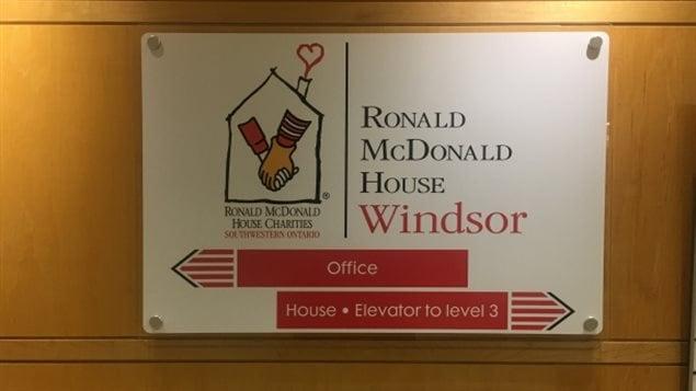 Un panneau de direction au Manoir Ronald McDonald à l'Hôpital régional de Windsor.