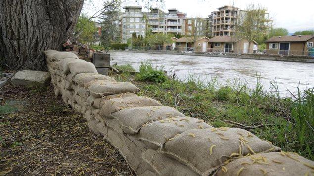 Digue de sacs de sable pour se protéger des inondations à Kelowna