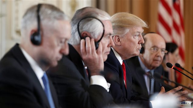 El Secretario de Defensa Jim Mattis, el Secretario de Estado Rex Tillerson, el presidente Donald Trump y el Secretario de Comercio Wilbur Ross. 7 de abril de 2017,  Palm Beach, Florida.