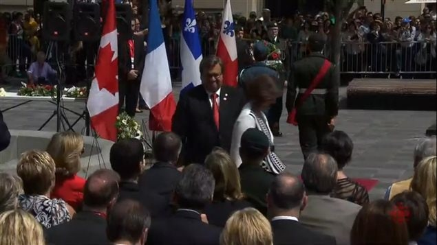 El alcalde de Montreal, Denis Coderre y su esposa, ponen una corona de flores en homenaje a Paul Chomedey de Maisonneuve y Jeanne Mance, co fundadores de la ciudad de Montreal.