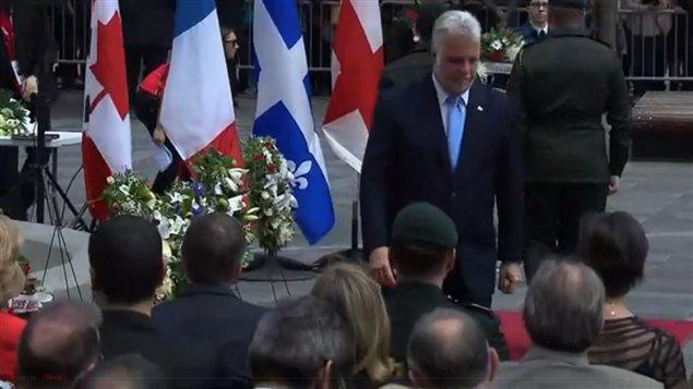 El primer ministro de Quebec, Philippe Couillard, puso una corona de flores en homenaje a Paul Chomedey de Maisonneuve y Jeanne Mance, co fundadores de la ciudad de Montreal.