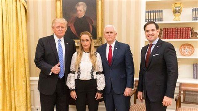 La figura de la oposición venezolana, Lilian Tintori, rodeada por presidente Donald Trump, el vicepresidente Mike Pence y el político cubano-estadounidense Marco Rubio.
