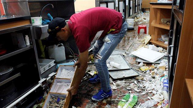 Varios comercios resultaron vaciados y con importantes daños durante la protesta.