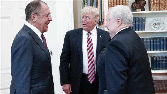 Donald Trump con el ministro ruso de Relaciones Extranjeras, Sergei Lavrov, a la izquierda, y el embajador de Rusia en Estados Unidos, Sergei Kislyak, el 10 de mayo, un día después de que el director del FBI que investigaba los vínculos rusos con la campaña de Trump fuera despedido.
