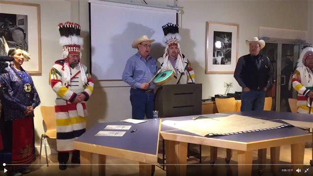 Jefes indígenas firman declaración contra el proyecto de oleducto Keystone XL.