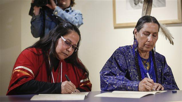 La jefa Judy Wilson de la nación Neskonlith (izq) y Casey-Camp Horinek de nación Ponca, firman la declaración contra el oleoducto Keystone XL.