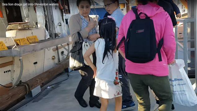 被救上岸后小女孩在家人带领下很快离开