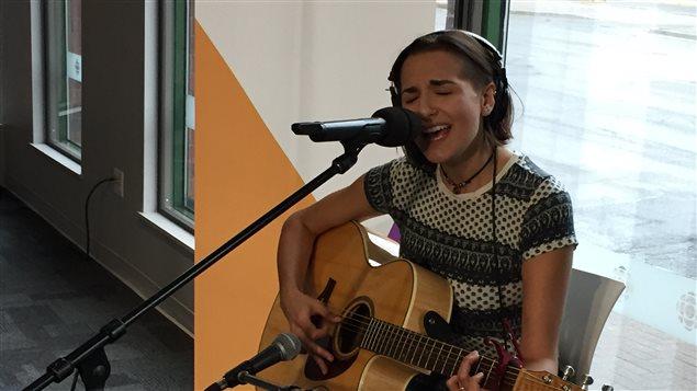 Chanelle Albert en prestation à l'émission