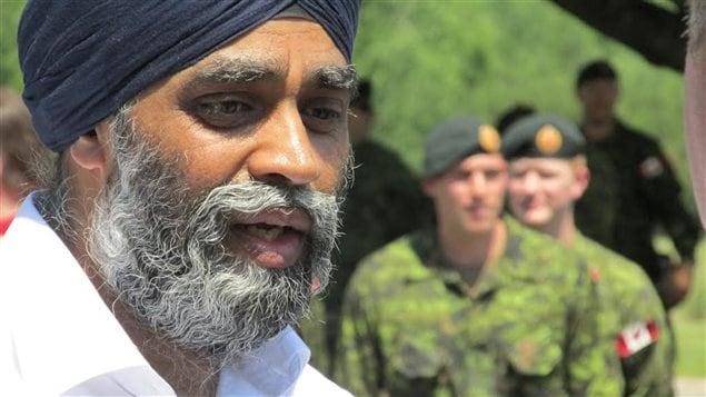وزير الدفاع الكندي هارجيت سجان مع جنود كنديين