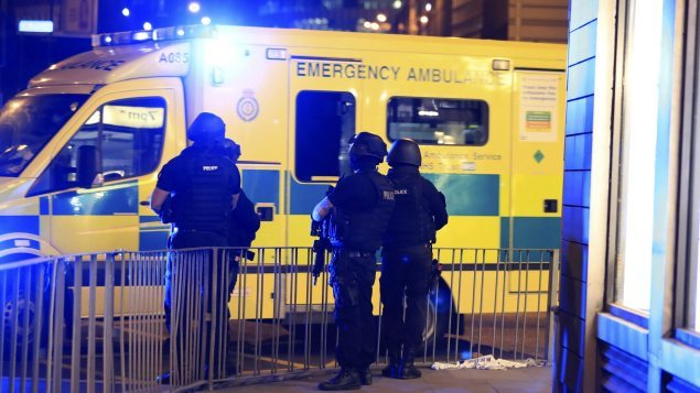 Des policiers armés près d'une ambulance après l'attentat de Manchester.
