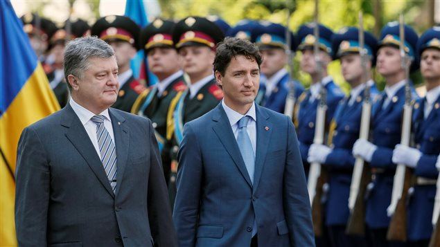 Ukraine's President Petro Poroshenko (L) and Canada's Prime Minister Justin Trudeau inspect the honour guard during a welcoming ceremony in Kiev, Ukraine, July 11, 2016.