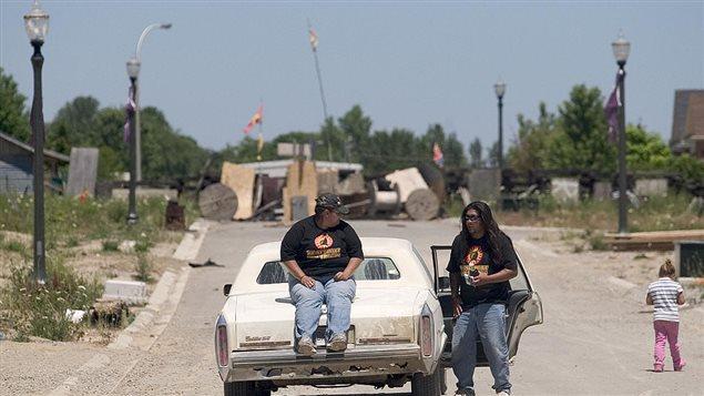 Des autochtones canadiens à l'entrée d'une communauté