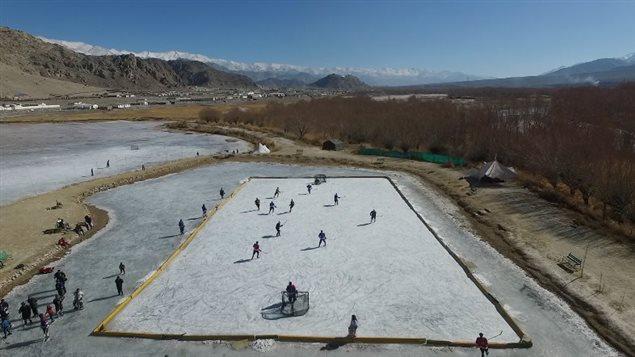 Une patinoire dans les montagnes de l'Inde