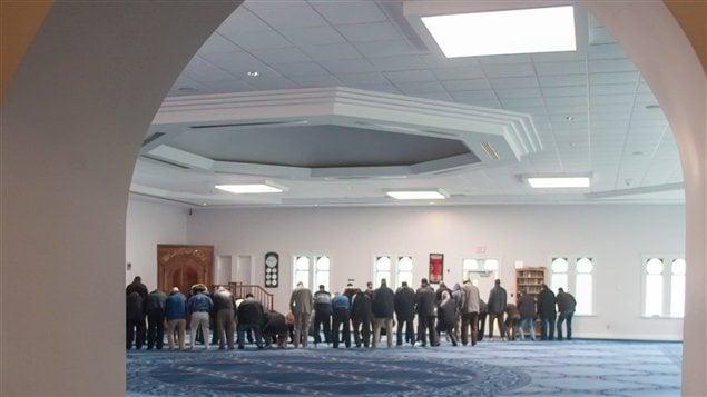مصلون داخل مسجد مدينة لندن في مقاطعة أونتاريو (أرشيف).