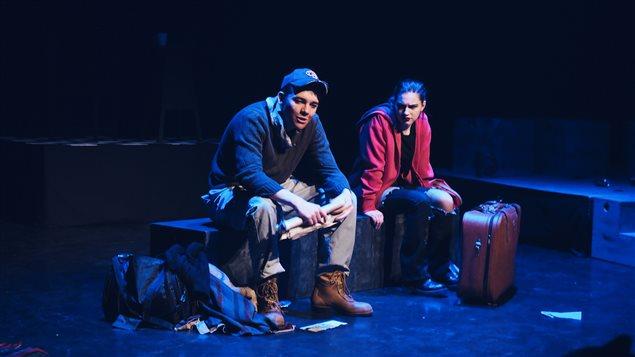 Deux étudiants de l'École secondaire Macdonald-Cartier sur scène au Théâtre du Nouvel-Ontario