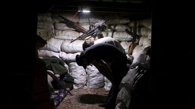 """عنصران من """"الجيش السوري الحر"""" المعارض لنظام دمشق يصليان في موقعهما في درعا أمس قبل إفطار رمضان."""