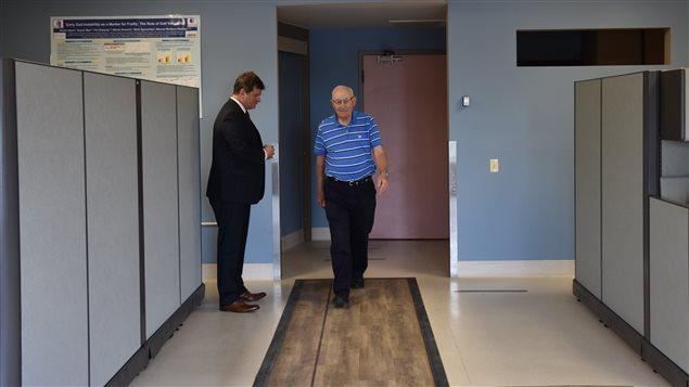 El Dr. Manuel Montero-Odasso con Roy Bratt de 82 años, durante la prueba.