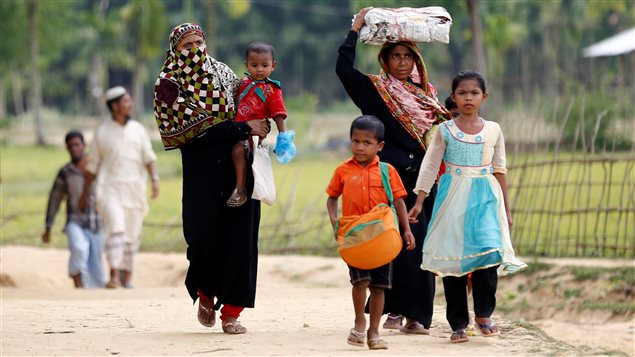Rohingya refugees come to Balukhali Makeshift Refugee Camp in Cox's Bazar, Bangladesh April 10, 2017.