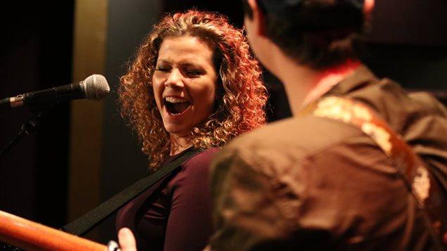 L'auteure-compositrice-interprète Alexis Normand. durant un spectacle.