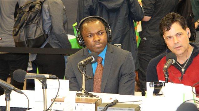 Marcien Fossuo a gauche, un auditeur de RCI d'origine camerounaise et l'animateur Stéphane Parent écoutent Harout Chitilian au Salon de l'immigration et de l'intégration.
