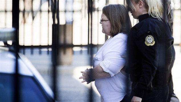 Elizabeth Wettlaufer, escortée par une policière vers le palais, ce matin.PETER POWER, PC