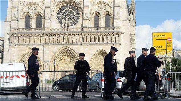 La seguridad policial aumentó en los alrededores de la catedral Nôtre Dame de París.