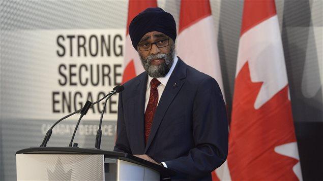 وزير الدفاع الكندي هارجيت سجّان معلناً يوم الأربعاء السياسة الدفاعية الجديدة