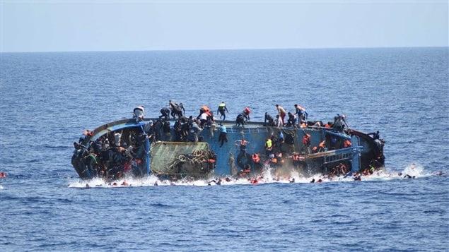 Des gens sautent d'un navire qui coule.