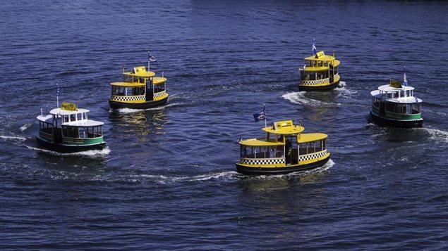Le spectacle est interprêté par des petits bateau taxi dans le port de Victoria
