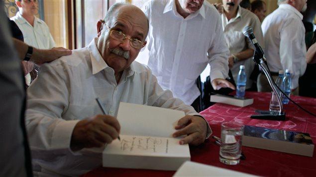 En ocasión de firmar un ejemplar de su libro