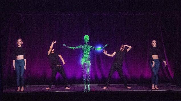 Maya Kodes interactuando con bailarines en espectáculo.