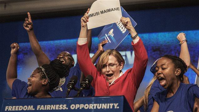 Hellen Zille anuncia la victoria de Mmusi Maimane al final de la votación por su sucesión.