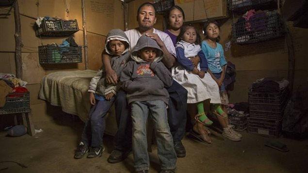 Una familia mexicana en la frontera entre México y Estados Unidos.