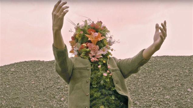 Image tirée du vidéoclip de la chanson « Tierra prometida » de l'artiste Papi Chulo, alias Mariano Franco