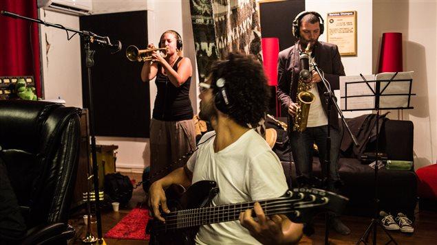 Rachel Therrien en grabación en Colombia.