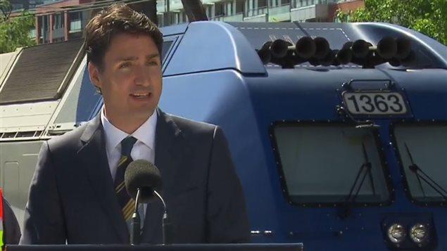 رئيس الحكومة الفدرالية جوستان ترودو معلناً من محطة القطار المركزية في مونتريال عن مساهمة أوتاوا بـ1,28 مليار دولار في مشروع شبكة القطار الكهربائي لمنطقة مونتريال