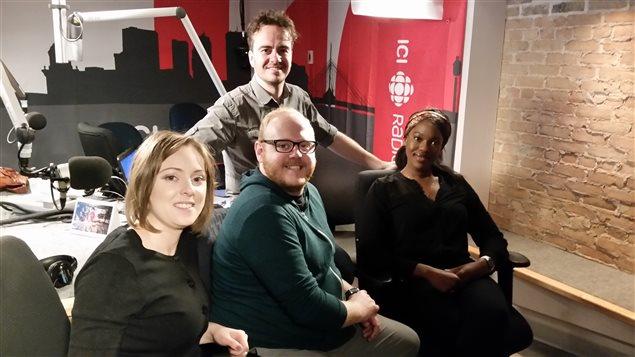 De gauche à droite: Leticia Nadler, Jonas Desrosiers et Flany Ba avec l'animateur Arnaud Decroix
