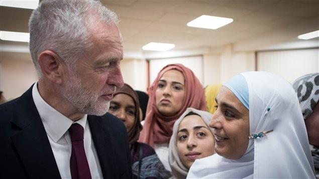 Jeremy Corbyn, líder de la oposición británica, conversa con mujeres musulmanas en la Mezquita de Finsbury Park.