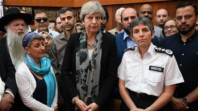 La primera ministra británica, Theresa May y la jefa de policía Cressida Dick, se encontraron con los líderes musulmanes en la Mezquita de Finsbury Park.