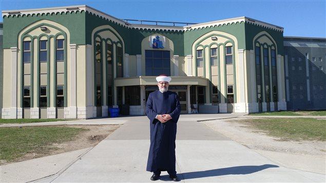 الإمام حسن غيّة أمام مسجد مدينة سان جان سور ريشوليو في مقاطعة كيبيك (أرشيف)