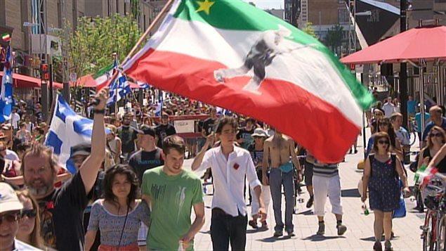 Marche de la Journée nationale des patriotes, à Montréal au mois de mai. Au 19e siècle, le nationalisme a connu un essor au Québec lors de la révolte des patriotes, en 1837, et après la pendaison de Louis Riel, en 1885, avant de tomber en dormance. Puis, il s'est manifesté lors des deux conscriptions imposées par Ottawa durant les deux grandes guerres mondiales de la première moitié du 20e siècle. © archives Radio-Canada