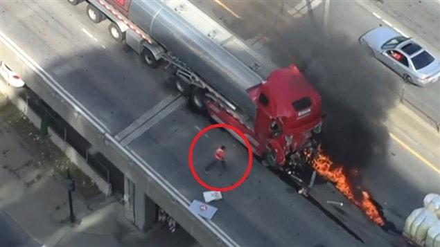 Un camionneur, Carol Bujold a tenté de sauver la vie du conducteur du camion-citerne en feu sur l'autoroute métropolitaine. © Jean-Sébastien Cossette